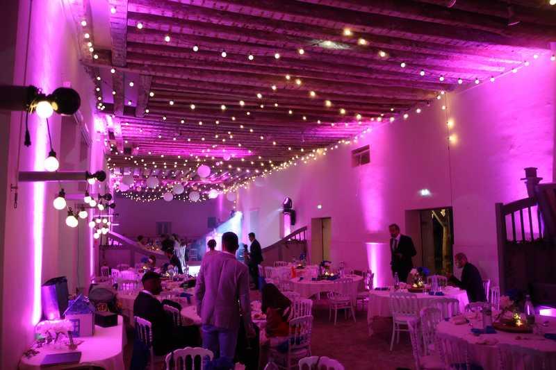 installation de guirlande guinguette pour mariage champêtre chic